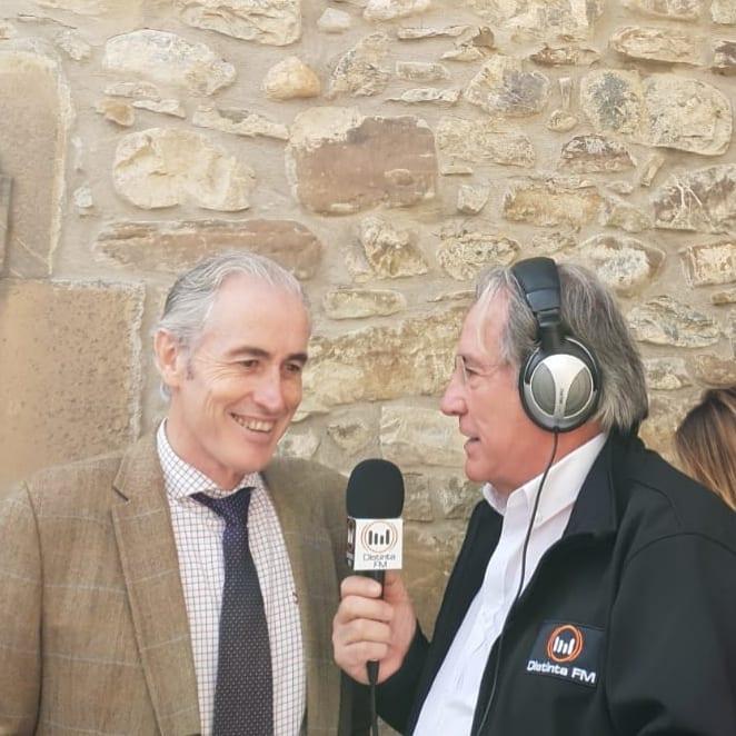 José Paco está entrevistando a Don José Manuel Igual, a...