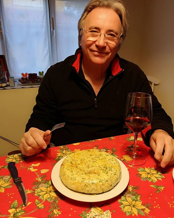 José Paco acaba de hacerse una tortilla con patatas de ...